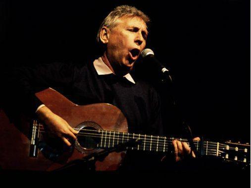 El cantautor Raimon en una actuación.