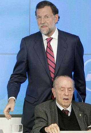 MD44. MADRID, 03/11/09.- El presidente de PP, Mariano Rajoy (de pie), ante el presidente fundador del partido, Manuel Fraga, al inicio de la reunión del Comité Ejecutivo del partido en la que se quiere cerrar los conflictos internos abiertos en Madrid y Valencia. EFE/JuanJo Martín ESPAÑA-PARTIDOS-PP